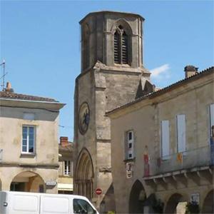 Sauveterre-de-guyenne, bastide fortifiée avec une ravissante place centrale à arcades du XIIIe siècle.