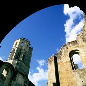 L'Abbaye bénédictine de la Sauve-Majeure, chef d'œuvre de l'art roman du XIIe siècle, classé au Patrimoine Mondial de l'Unesco et berceau de la viticulture en Entre-Deux-Mers.
